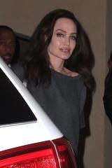 Angelina Jolie, apariţie îngrijorătoare! Actriţa a ajuns să cântărească 37 de kilograme şi se topeşte pe picioare!