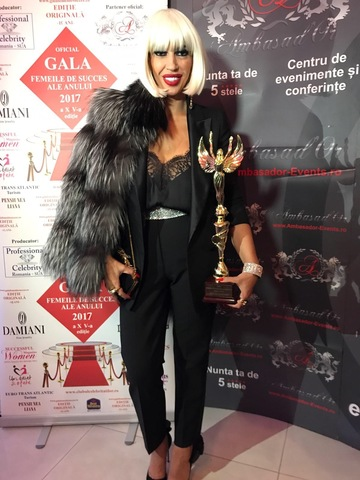 "Raluca Badulescu, indragita jurata de la ""Bravo, ai stil!"", premiata la Gala Femei de Succes! Vedeta Kanal D a pus mana pe cea mai importanta distictie a serii si a impresionat prin tinuta aleasa!"