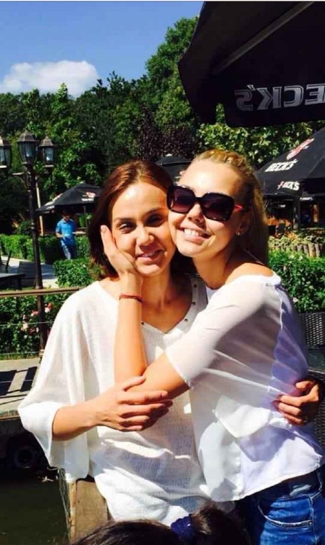 Sora Denisei Raducu e ajutata de familie sa-si revina dupa pierderea artistei! Uite-o pe Adelina impreuna cu sotul in Spania FOTO