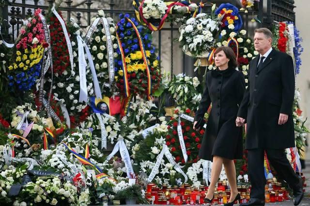 Cum s-a imbracat Carmen Iohannis la funeraliile Regelui Mihai! Prima doamna a Romaniei a ales pantofi cu toc, o tinuta pana la genunchi si nu s-a machiat deloc FOTO