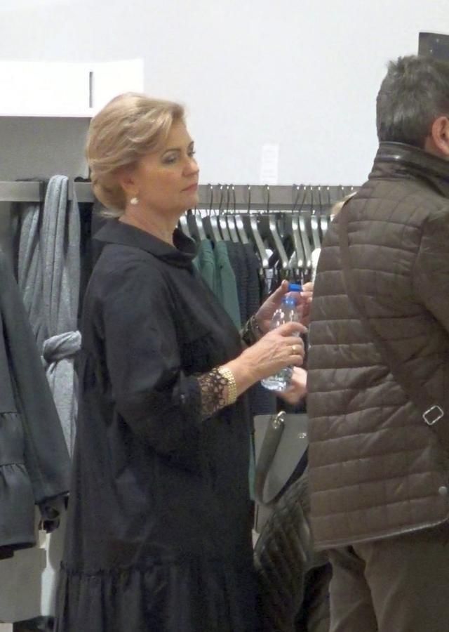 Asa arata o sesiune de shopping a Matildei Pascal Cojocarita. Ea si sotul ei au plecat cu bratele pline de pungi dintr-un mall bucurestean VIDEO EXCLUSIV