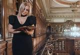 """Carmen Şerban, în mijlocul unui scandal după ce a filmat un videoclip de manele, la bibliotecă! Cum le răspunde artista studenţilor revoltaţi: """"A devenit foarte cunocută datorită mie. Ar trebui să..."""""""