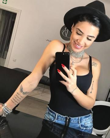 Adelina Pestritu a fost intrebata daca si-ar mai tatua numele iubitului, cum a mai facut in trecut! Raspunsul ei e foarte tare!