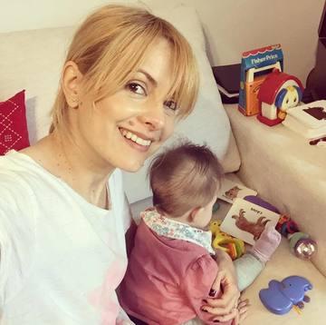Simona Gherghe a iesit cu fetita ei afara! Georgia a facut cunostinta cu fulgii de zapada