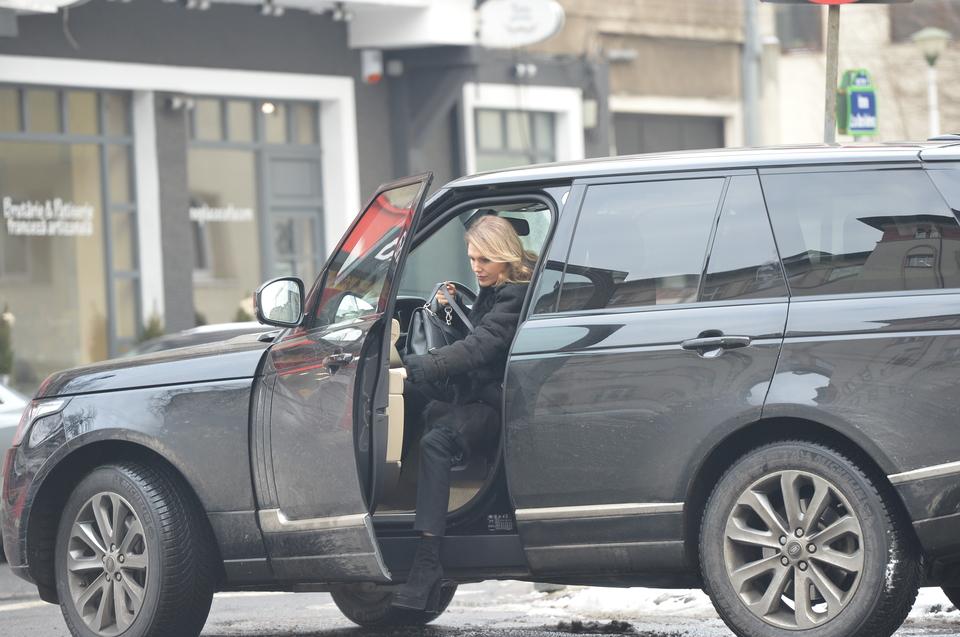 Cristina Rus conduce o masina de teren