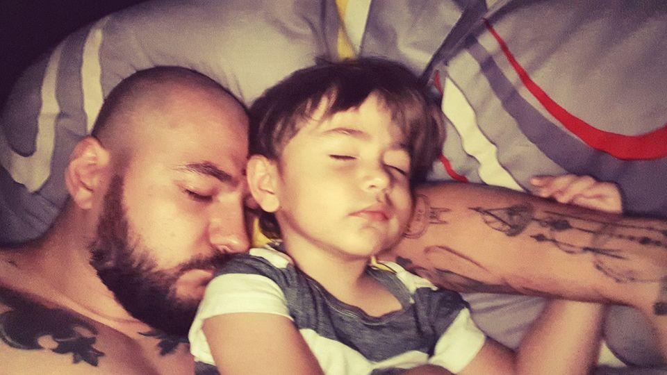 Poza emotionanta cu Cristi Mitrea si baietelul lui, David! Pustiul Andreei Mantea doarme linistit in bratele tatalui lui!