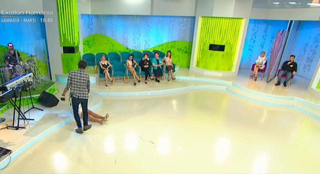 Cum a ajuns pe jos, in platou, Bianca Dragusanu! Toata lumea s-a prapadit de ras! Blondina s-a ridicat de pe scaun si ce a urmat a fost fabulos
