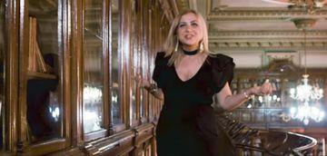 Ce nepoata sexy are Carmen Serban! Manelista a bagat-o pe Roxana in videoclipul cu scandal filmat in biblioteca Facultatii de Medicina!