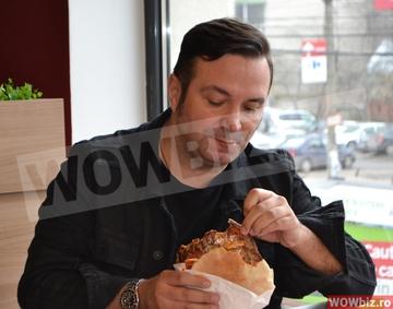 Daniel Buzdugan, surprins la fast-food cand isi lingea degetele FOTO EXCLUSIV