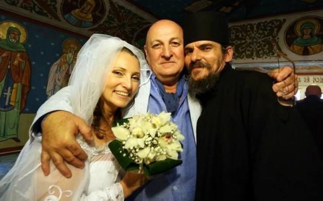 Constantin Cotimanis, fotografie cu el strangand-o in brate pe Iulia Dumitru, colega cu care a fost prins sarutandu-se! Vezi in ce context s-a intamplat asta