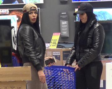 Dana Criminala si Renata, cu tinute sexy la mall. Cand s-a aplecat fosta asistenta tv, toti barbatii s-au uitat la posteriorul ei. Cele doua si-au cumparat un... resou! VIDEO EXCLUSIV