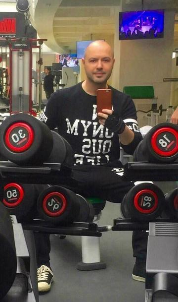 Ce abdomen cu patratele are Mihai Mitoseru! Orele la sala de forta si-au spus cuvantul – Uite-l la bustul gol, in vacanta in Dubai! Foto!