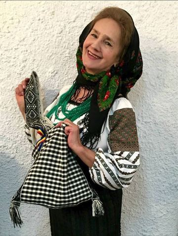 Imagini fabuloase cu marea artista Sofia Vicoveanca! Uite-o cum hraneste zeci de porumbei in mijlocul orasului Suceava FOTO