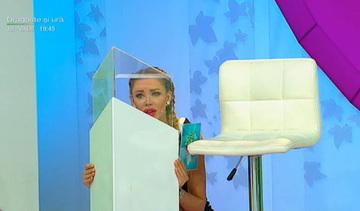 """Bianca s-a ridicat de pe locul ei si... """"Sunt intr-o cutie si incerc sa inteleg"""""""
