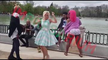 Maria Constantin, surprinsa cand dansa alaturi de un grup de travestiti. Video!