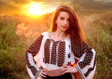 Cum arata astazi cantareata care ii face concurenta la par Mariei Dragomiroiu! Maria Olteanu are 26 de ani, dar nu s-a mai tuns de 13 ani FOTO