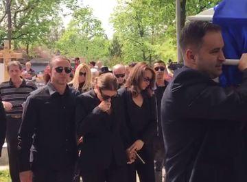 Anamaria Prodan, sustinuta de Reghecampf, plange in hohote langa sicriul mamei sale! Video