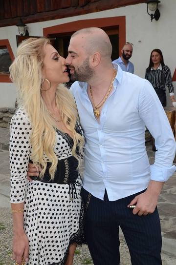 """A divortat Nicoleta Guta de barbatul cu care s-a maritat anul trecut? Manelista si-a anuntat admiratorii ca este """"single""""!"""