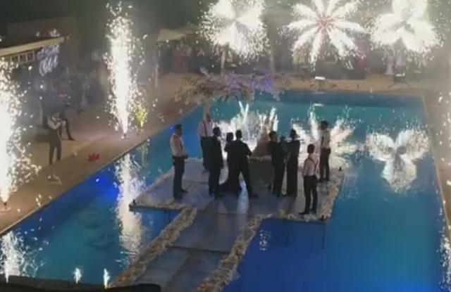 Incredibil cum a aratat tortul la botezul fetitie lui Liviu Varciu! El a fost adus cu un foc de artificii senzational si pus pe un pod de sticla!