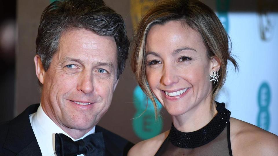 "Cel mai dorit burlac al generatiei s-a insurat! Hugh Grant si Anna Eberstein au spus, oficial, ""DA""!"