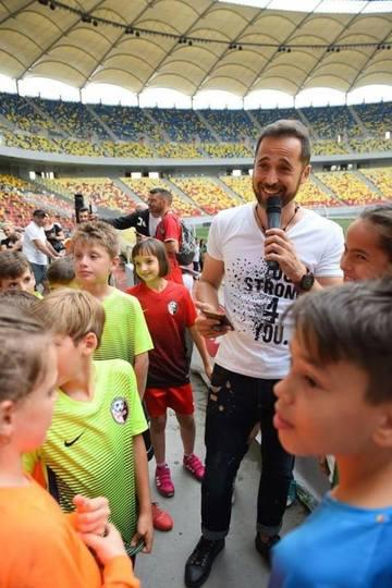 Mare supriza! Dinu Maxer a cantat cu fiul lui  pentru micii fotbalisti pe National Arena! A fost pentru prima data impreuna cu el pe scena!