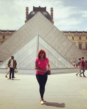 Carmen Harra a fost in vacanta la Paris pentru ca piramida de la Luvru atrage energii dimensionale! Clarvazatoarea s-a dus si la cabaretul Moulin Rouge!