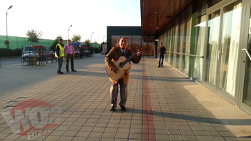 VIDEO! Daca e bal, bal sa fie! Gigel Frone a venit special aseara, la geamul Biancai de la hotel, pentru a-i canta o serenada! Asa ceva n-ai mai pomenit in Romania!