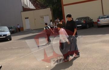 VIDEO | Imagini sfasietoare surprinse la scoala unde ar fi trebuit sa invete baietelul ucis de caini! Mama lui Ionut isi ia singurul copil ramas in viata de la scoala, imbracata in negru