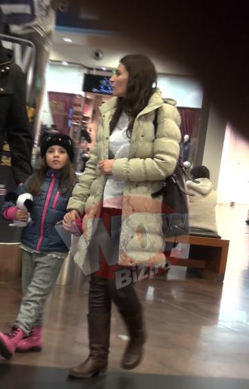VIDEO   Ioana Ghinghina si Alexandru Papadopol sunt parinti model! Intra sa vezi cat de atenti sunt cei doi parinti cu micuta lor, la mall