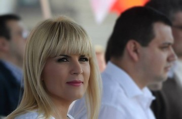 VIDEO | Mos Craciun a fost generos cu toti barbatii din mall! Blonda sexy, decoltata... mananca o inghetata. Imagini senzationale cu Elena Udrea mai apetisanta ca niciodata