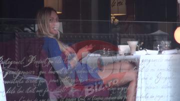 VIDEO! Sexy-show cu Raluca Podea in centrul Bucurestiului! Fustita s-a incapatanat sa ramana ridicata, spre bucuria trecatorilor