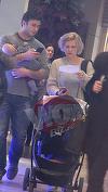 """VIDEO EXCLUSIV! Ce draguuut! Dragos Bucur e un tatic de nota 10! Uite cum se plimba in mall cu bebelusul sau de 4 luni in brate! Toate mamicile vor suspina cand vor vedea imaginile acestea cu prezentatorul emisiunii """"Visuri la cheie""""!"""