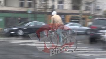 VIDEO | Ce hipster e Vladimir Draghia! S-a intalnit cu niste fete la un local de fite din Bucuresti, apoi a plecat cu bicicleta prin ploaie