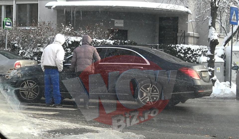 VIDEO EXCLUSIV! Gigi Becali, urmarit de cersetori prin Bucuresti! Doi amarati s-au aruncat in fata masinii lui in trafic! I-au cerut disperati ajutorul