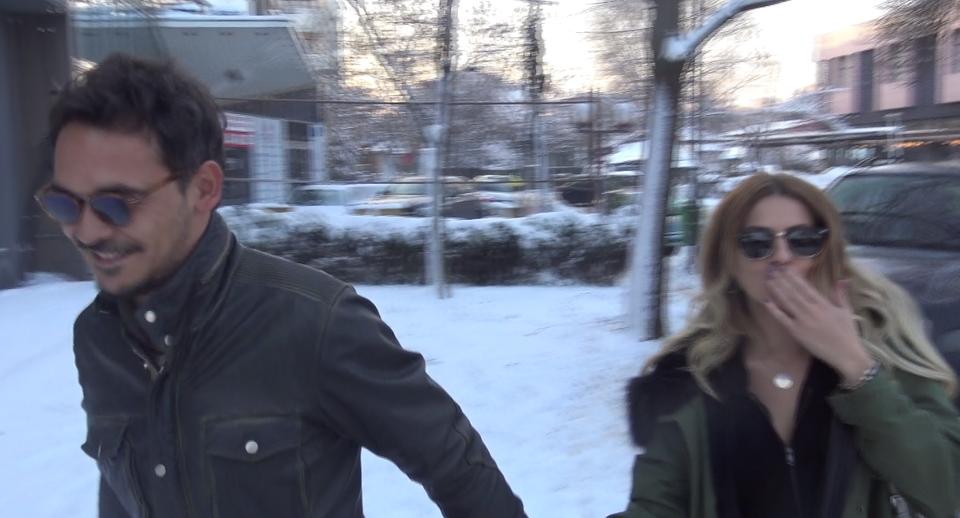 """VIDEO EXCLUSIV! Razvan Simion, primele declaratii despre relatia cu Lidia Buble! """"Intai casatoria, apoi copilul, ia-le in ordine! Imagini fabuloase cu cei doi de mana, printre nametii de zapada din Bucuresti! """"Matinalul"""" a stat de vorba cu paparazzii WOWbiz.ro, iar cantareata si-a pupat fanii prin intermediul site-ului nostru"""