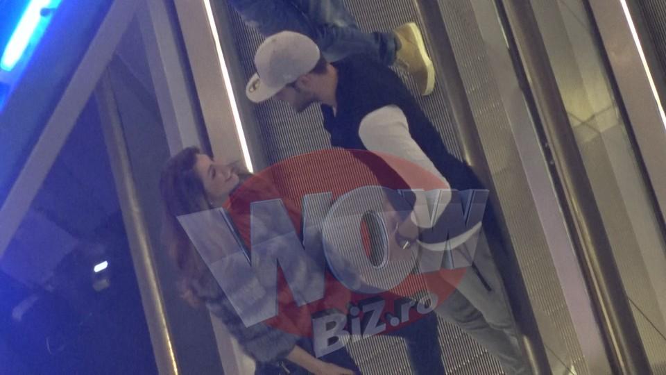 VIDEO EXCLUSIV | Ilinca Vandici, mai indragostita ca niciodata! Avem imagini cu ea si fotbalistul Tira in timp ce se se saruta prin mall! Zici ca-s doi adolescenti la prima intalnire, asa sunt de fericiti!