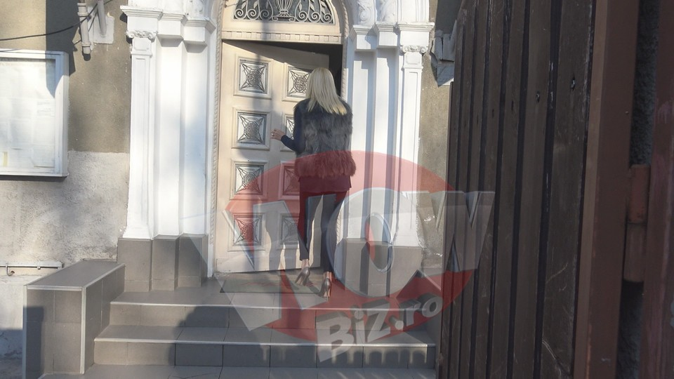 VIDEO EXCLUSIV! Elena Udrea, aparitie ametitoare in fata politistilor! Si-a pus vesta cu blanita, pantaloni mulati si pantofi cu toc cui pe piciorul gol! Intra sa vezi tinuta de cateva mii de euro a blondei