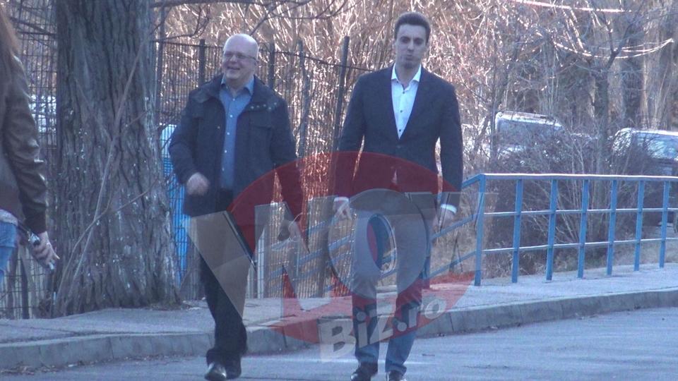 VIDEO EXCLUSIV! Imagini GENIALE! Mircea Badea si Adrian Ursu rad cu gura pana la urechi la vederea masinilor ANAF! Vedetele Antenei 3, surprinse in timp ce se distreaza, cu cateva minute inainte sa intre pe post! In 3 zile, ei trebuie sa elibereze sediul