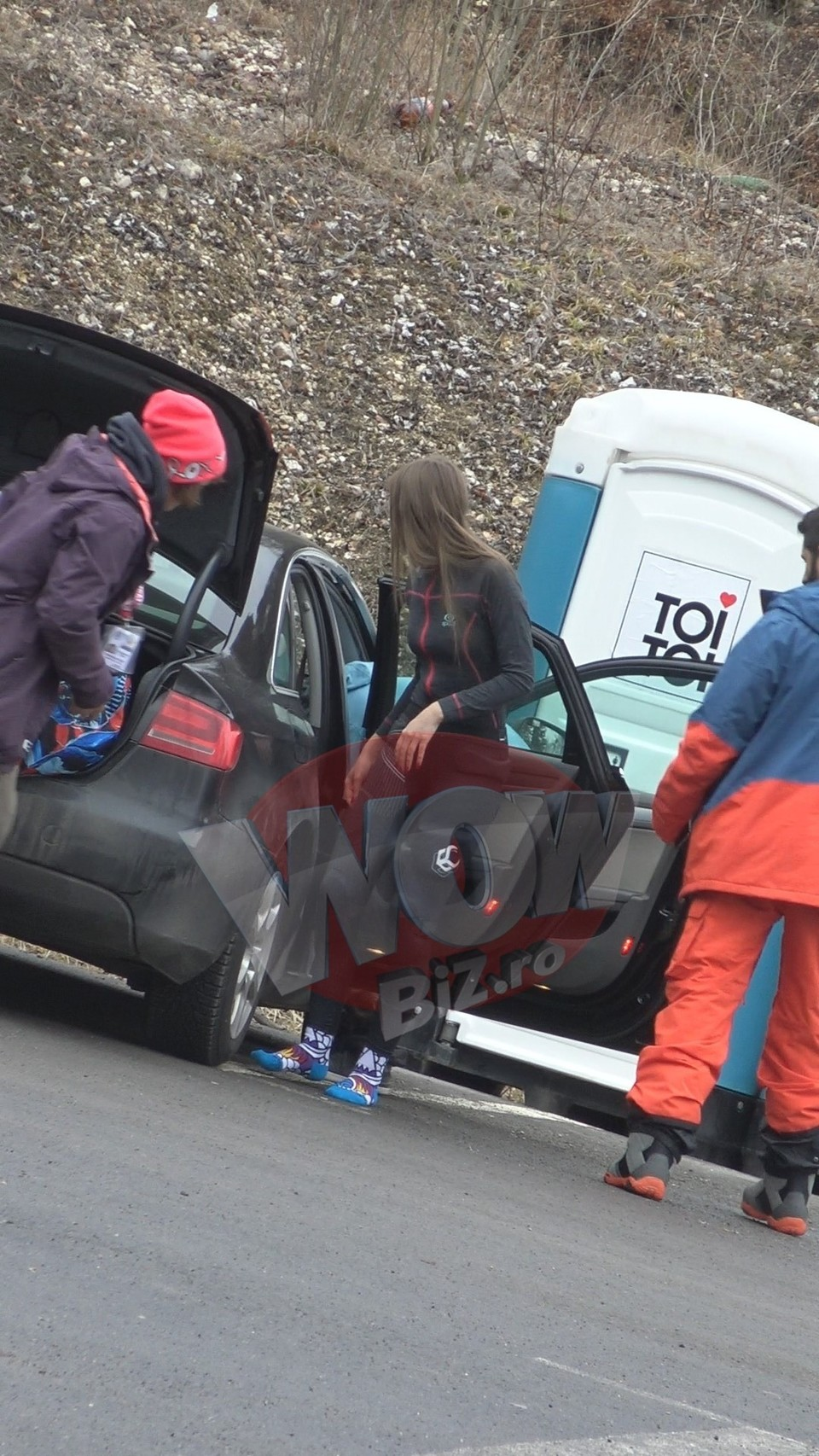 Video exclusiv! Iulia Albu s-a schimbat in masina! Fashion editorul a facut parada modei, la munte, cu iubitul
