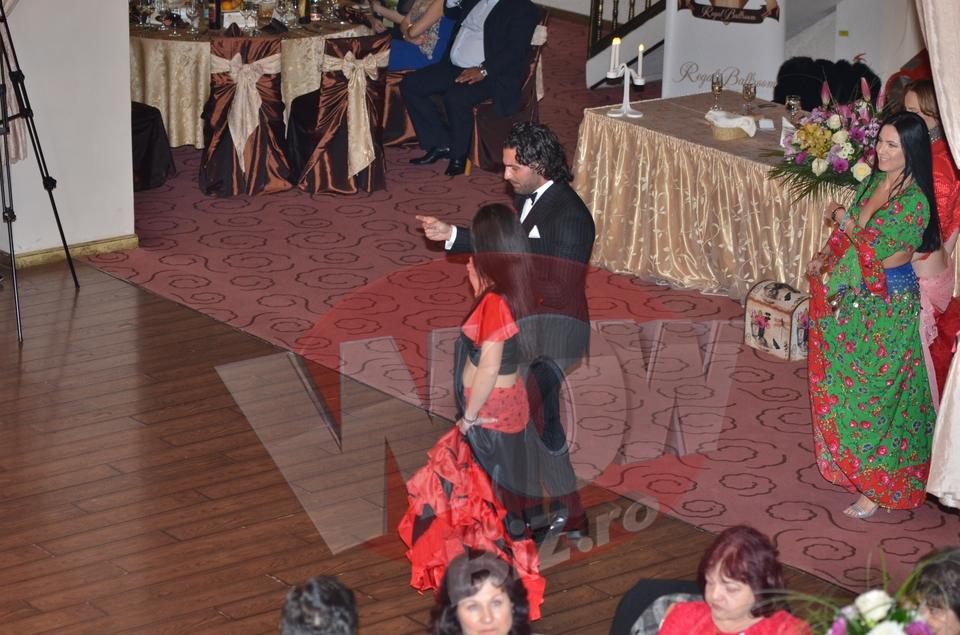 """VIDEO EXCLUSIV! Incendiar: Pepe danseaza cu o """"tiganca"""" decoltata, tatuata pe sani! Apoi si-a invitat si fetita, Maria, la o hora! Imagini de senzatie cu cantaretul la petrecerea de dupa botezul la care a fost nas!"""