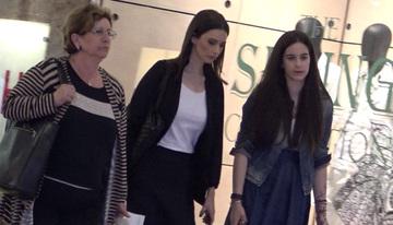 Video exclusiv | Andreea Berecleanu, la cumparaturi cu mama si fiica ei! Prezentatoarea arata ca o pustoaica si zici ca e sora cand o vezi langa fiica ei, nu mama!