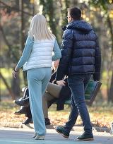 Primele imagini cu Elena Udrea sarutandu-se in parc cu iubitul manechin le-ai vazut pe WOWbiz.ro! Uite-o pe celebra blonda, care implineste astazi 43 de ani, in tandreturi maxime cu Adrian | VIDEO