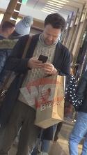 Dorian Boguta s-a oprit din metru in metru si a stat cu ochii-n telefon!! Tehnologia nu ii da pace nici cumparaturi | VIDEO EXCLUSIV