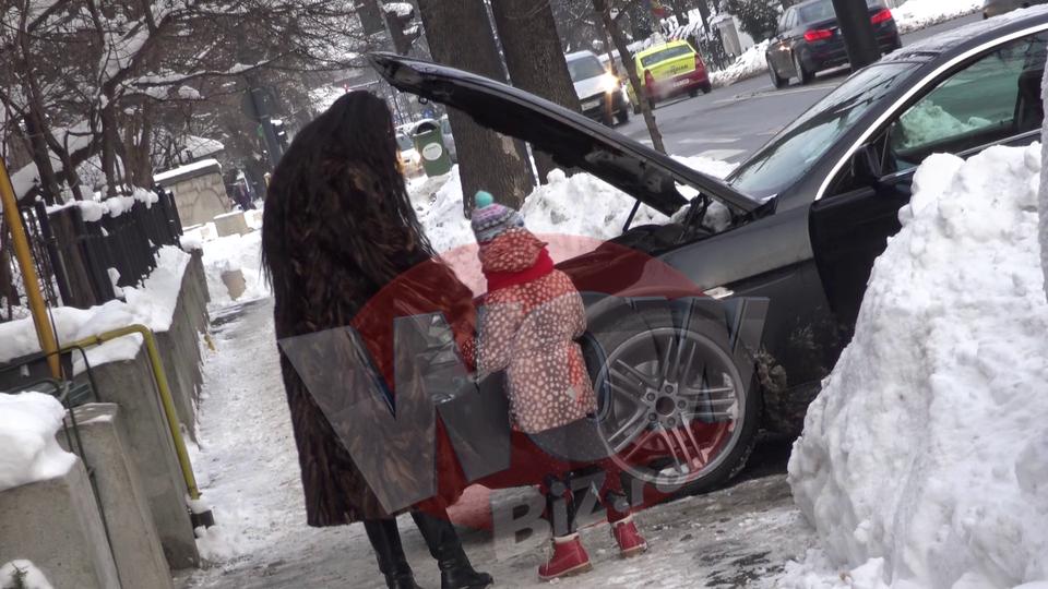Laurette a ramas cu masina-n drum, inceput de an nebun! A trebuit sa-si cumpere baterie noua ca sa poata pleca VIDEO EXCLUSIV