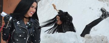 Daniela Crudu a alunecat pe gheata si a luat o cazatura de toata frumusetea! S-a dus de-a dura prin zapada si si-a varsat cafeaua pe ea VIDEO EXCLUSIV