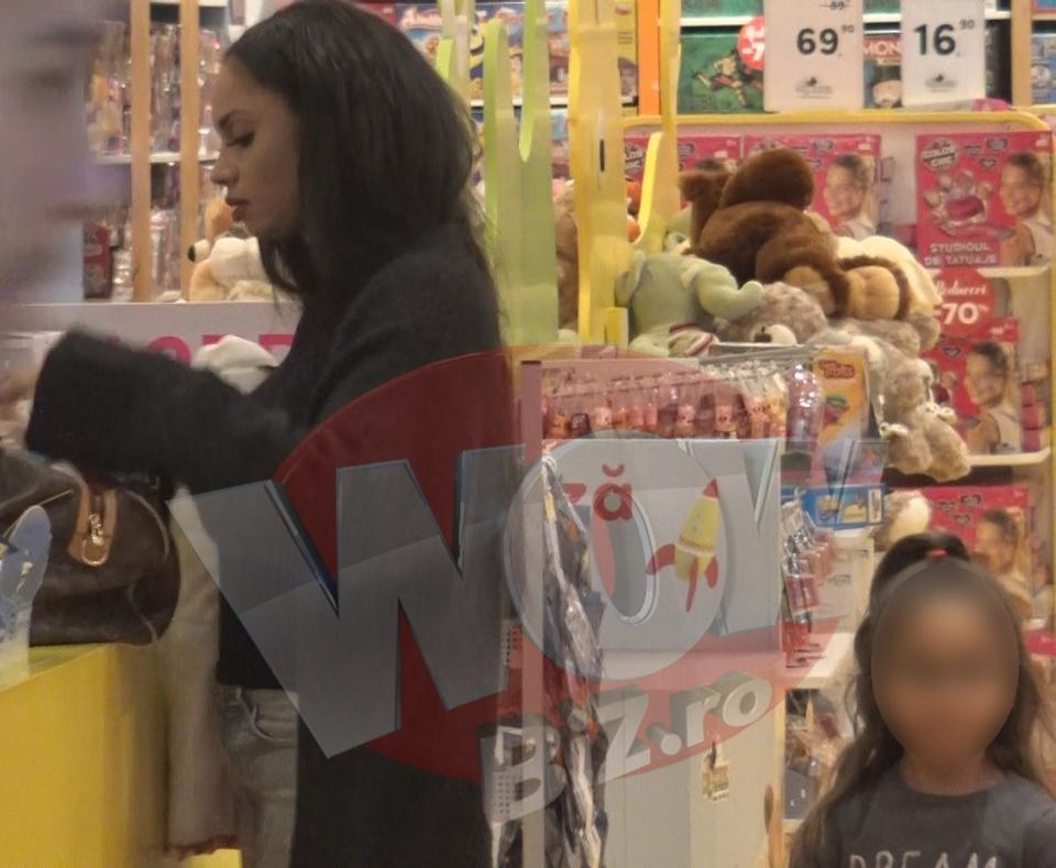 Laurette este o mamica model! Uite cum isi rasfata fetita la mall!   VIDEO
