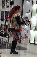 Sotia lui Vijelie s-a facut de ras intr-un magazin!! A vrut sa cumpere o geanta si o bluza, dar si-a dat seama ca nu are cardul la ea si nici bani cash | VIDEO EXCLUSIV