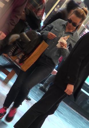 Raluca Podea si-a scos fizicul debordant la mall si a lins provocator o inghetata!   VIDEO