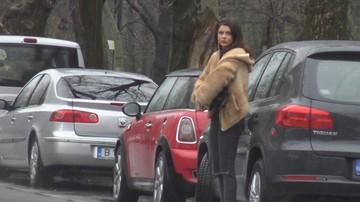 Cristina ICH stie cum sa zapaceasca paparazzii! S-a aplecat discret, sa-i vedem fundul perfect | VIDEO EXCLUSIV