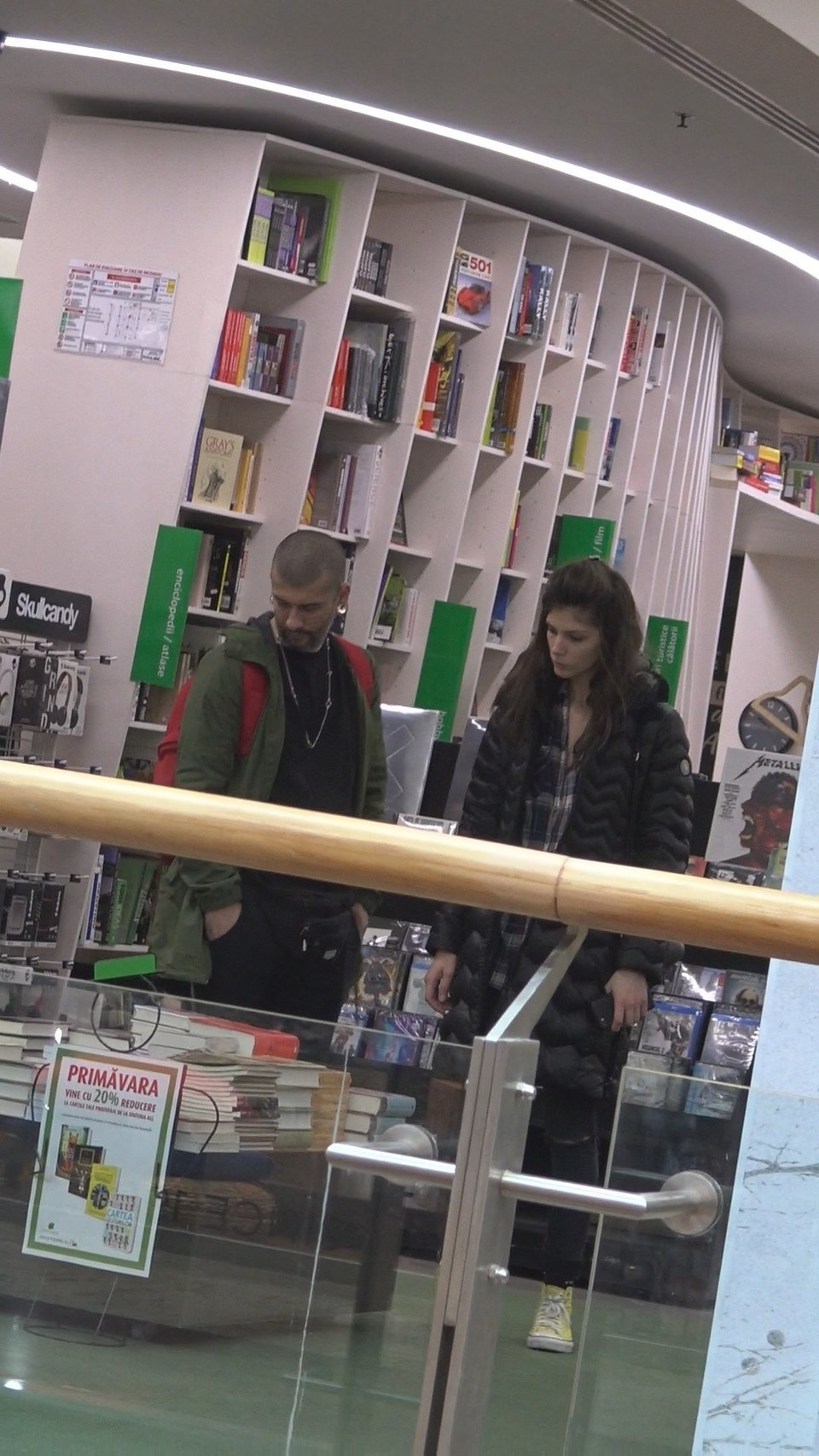 Vali Barbulescu si-a scos iubita la o plimbare prin... biblioteca! Delia iese in evidenta si atunci cand este imbracata gros | VIDEO
